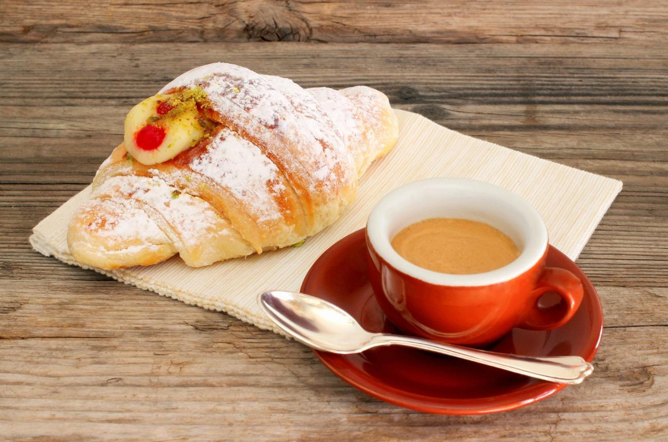 Cornetto alla crema e caffe
